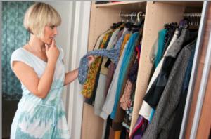 Una mujer eligiendo ropa