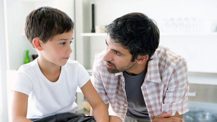 hablando con niño