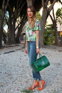 bolso verde y camisa